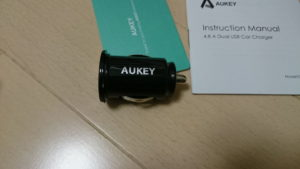 Aukey USBカーチャージャーを横から見たところ