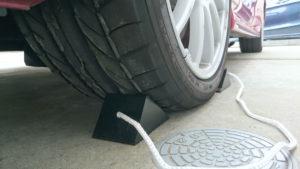 タイヤ止めで車体を固定