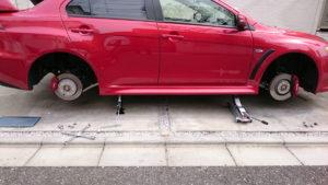 ジャッキを2つ使って片側のタイヤをすべて外した状態