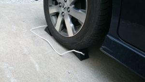 タイヤ交換時は輪留めは必須