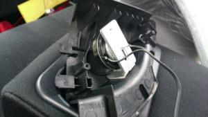 ツイーターとステーを車のツイーターカバーに貼り付け