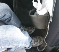 子供にシートを蹴られて汚れる問題をキックガードで解決