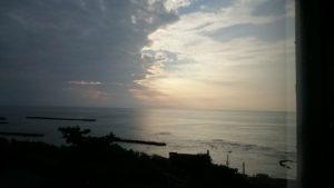 窓から見る夕日