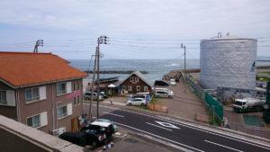 みなと茶屋のすぐ左前が海水浴場