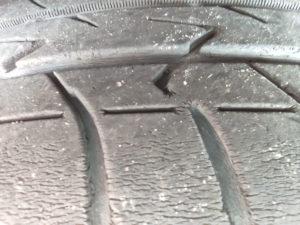 6年乗ったタイヤ、溝の中もひび割れがある