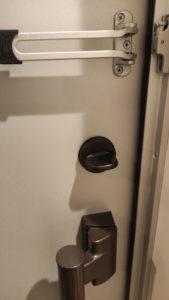 ごく普通の玄関ドア